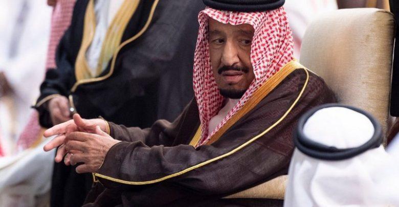 Photo of الملك سلمان يؤدي صلاة الميت على الأمير بندر بن عبدالعزيز
