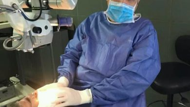"""صورة معمر سعودي تجاوز 110 عاما يجري عملية في عينه.. ونشطاء: """"الدهن في العتاقي.. لا كورونا ولا غيرها"""" (صور)"""