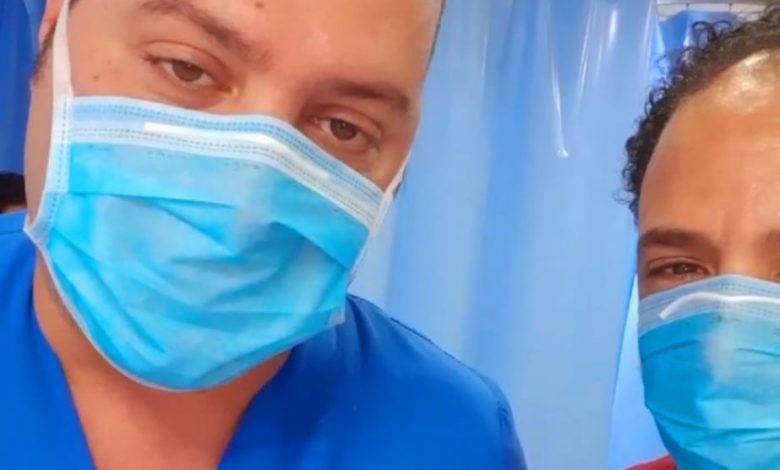 صورة بدر عياد يخضع لفحوصات كورونا.. ويشكر الدكتور أحمد عنتر نائب مدير مستشفي الهرم